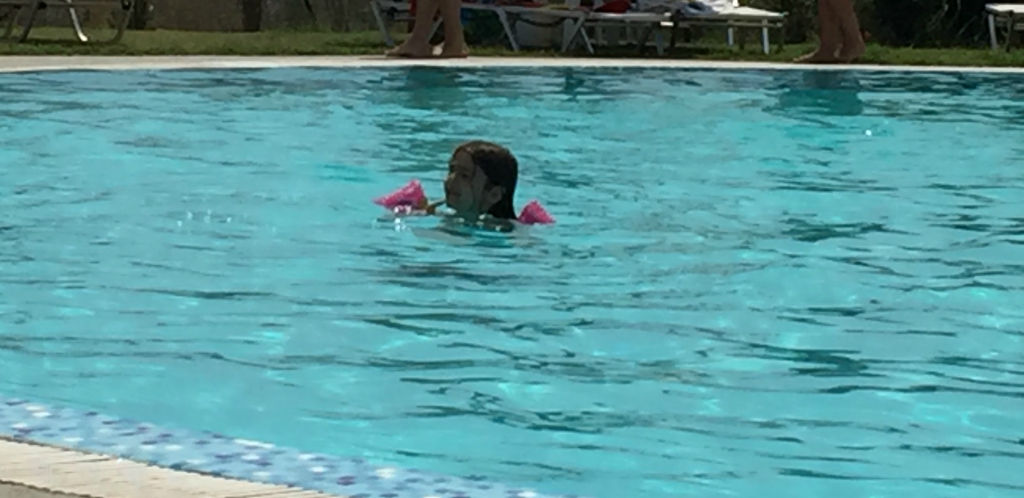 copil inot piscina