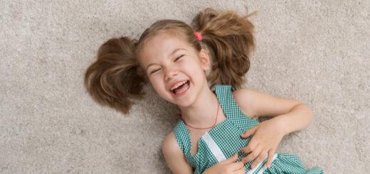 de ce râd copiii